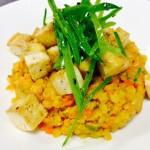 Rotes Linsencurry mit kleinem Gemüse, pikant marinierter Seidentofu und Kefensalat