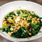 Asiatische Nudelsuppe mit reichlich Gemüse und Erdnüsse